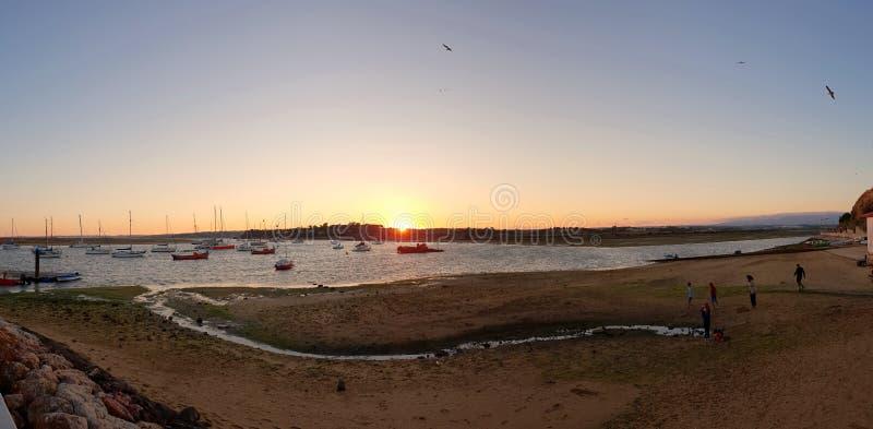 Panorama van de spiegelende zonsondergang over de kleine visserijstad in Alvor, Portugal royalty-vrije stock foto