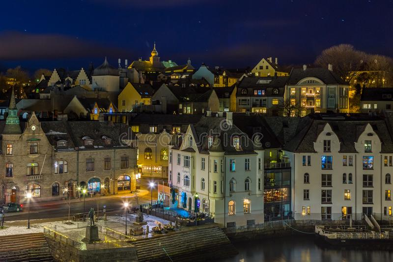 Panorama van de stad van Alesund 's nachts van Aksla-heuvel stock foto's