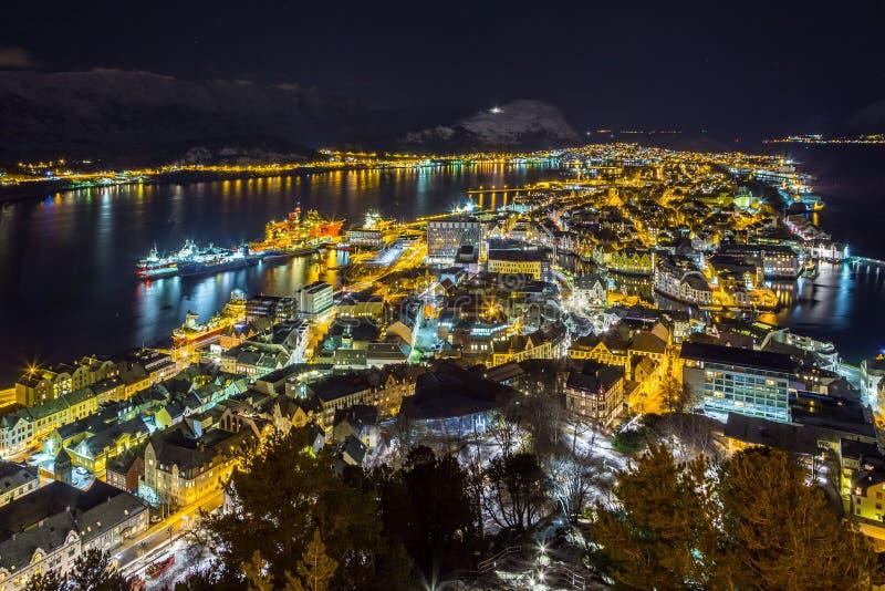 Panorama van de stad van Alesund 's nachts van Aksla-heuvel royalty-vrije stock fotografie