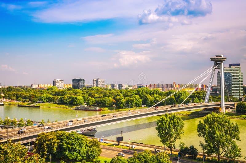 Panorama van de stad van Bratislava met UFObrug over Donau ri stock foto