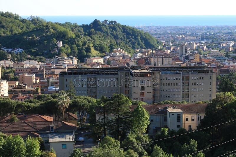 Panorama van de stad van Carrara, bij de voet van Apuan royalty-vrije stock afbeelding