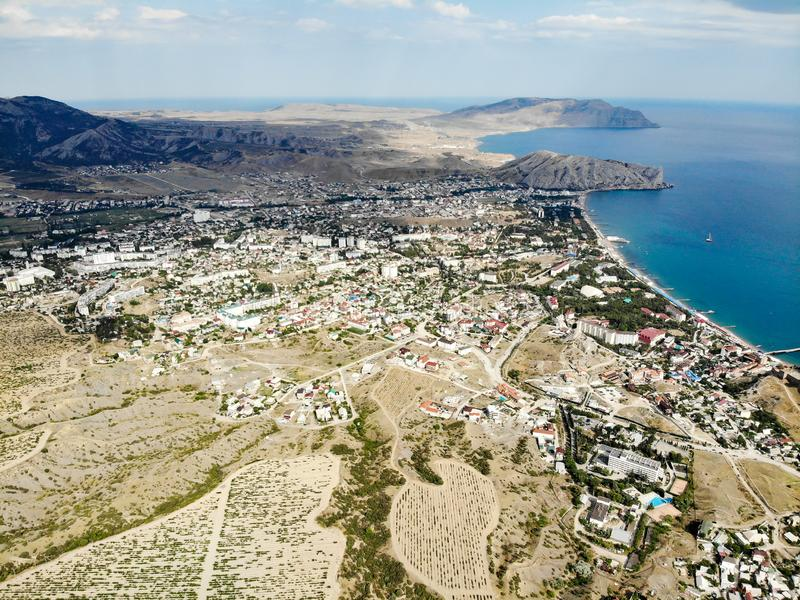 Panorama van de stad van Sudak op de Zwarte Zee Druivengebieden in de bergen royalty-vrije stock foto's