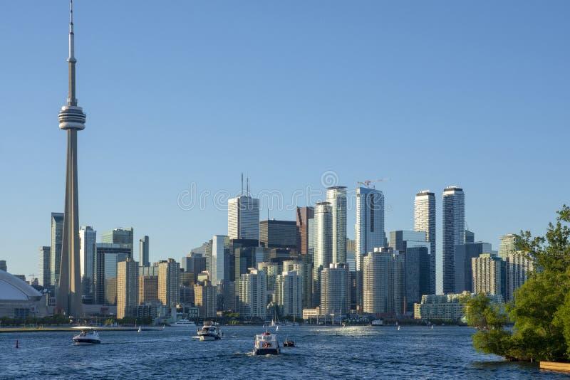 Panorama van de stad van Toronto tegen de blauwe hemel stock foto
