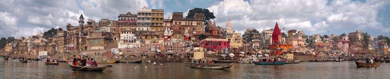 Panorama van de stad van de waterkant van Varanasi in India in November 2009 wordt genomen die royalty-vrije stock foto's