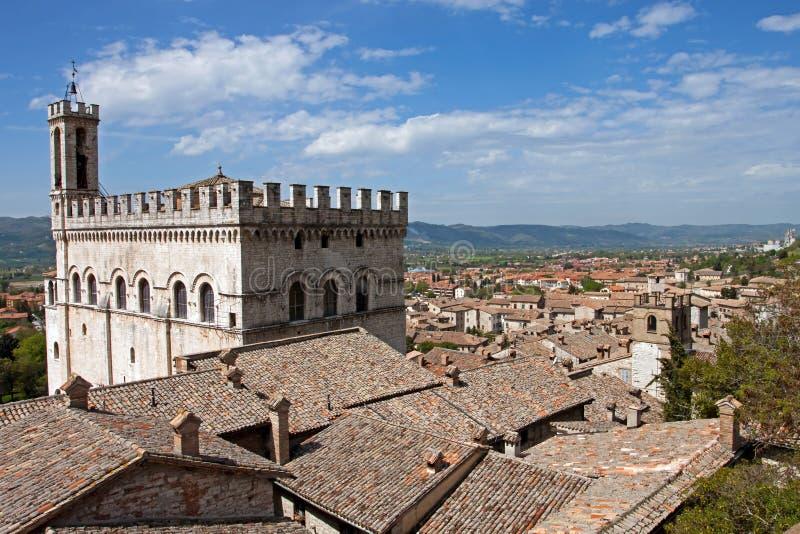 Panorama van de stad van Gubbio stock fotografie