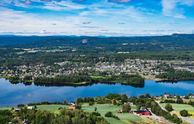 Panorama van de stad Vikersund in Noorwegen, Scandinavië stock afbeeldingen