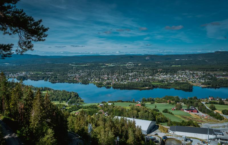 Panorama van de stad Vikersund in Noorwegen, Scandinavië royalty-vrije stock fotografie