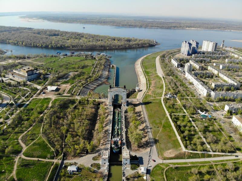 Panorama van de stad van Volgograd Een ladings schip-tanker met oliepassen door het eerste slot van wordt volga-trekt het Versche royalty-vrije stock foto's