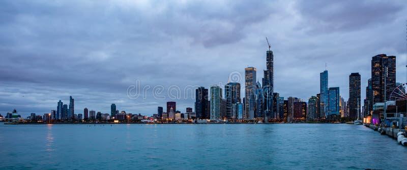 Panorama van van de de stads hoge stijging van Chicago de gebouwen bewolkte hemel in de avond royalty-vrije stock afbeelding