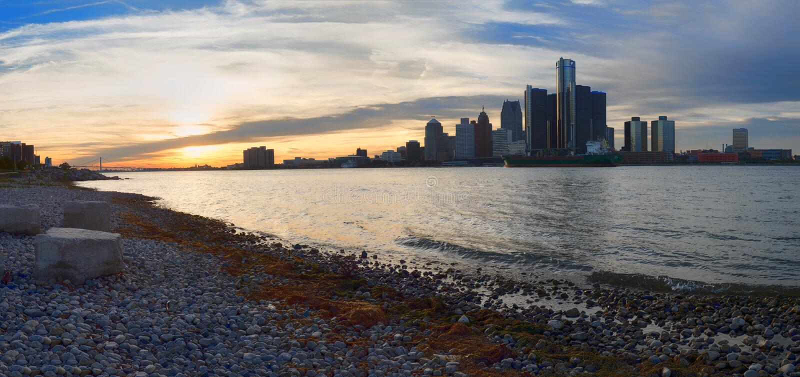 Panorama van de stadshorizon van Detroit bij zonsondergang van Canadi stock afbeelding