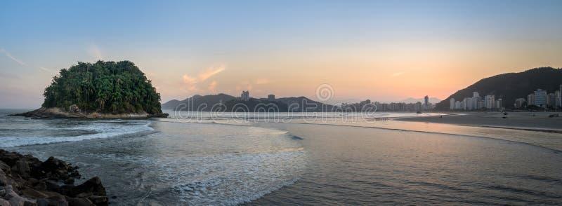 Panorama van de stadshorizon van Saovicente en Urubuquecaba-Eiland bij zonsondergang - Santos, Sao Paulo, Brazilië stock afbeeldingen