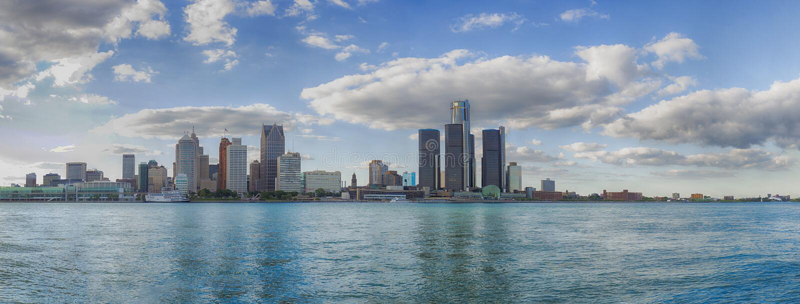 Panorama van de stadshorizon van Detroit uit Windsor, Ontar wordt genomen die royalty-vrije stock afbeeldingen