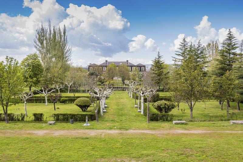 Panorama van de tuinen van het Paleis van de Hertogen van Alba Piedrahita Spanje royalty-vrije stock afbeelding