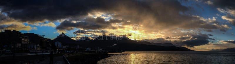 Panorama van de Ushuaia-baai bij zonsondergang, Patagonië, Argentinië royalty-vrije stock fotografie