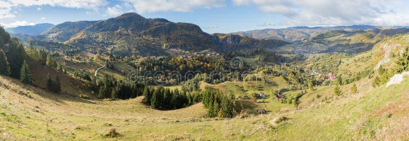 Panorama van de vallei met de dorpen bij de voet Karpatische Bergen niet verre van de stad van Zemelen in Roemenië royalty-vrije stock foto's