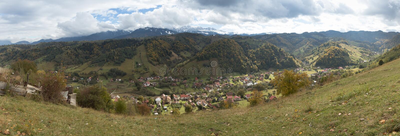 Panorama van de vallei met de dorpen bij de voet Karpatische Bergen niet verre van de stad van Zemelen in Roemenië royalty-vrije stock fotografie