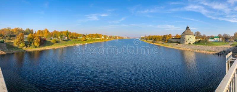 Panorama van de de Velikaya-rivier en Pokrovskaya-Toren van de vesting van Pskov, Rusland stock foto