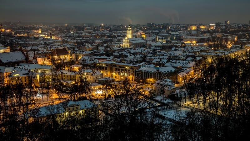 Panorama van de Vilnius het oude stad bij nacht royalty-vrije stock foto's
