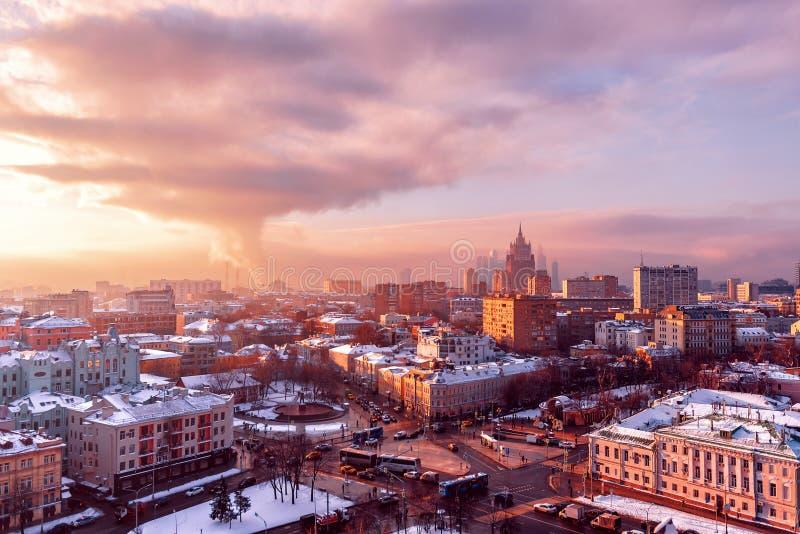 Panorama van de winter Moskou van de Stad van Moskou van het observatiedek de winterstad bij zonsondergang stock foto
