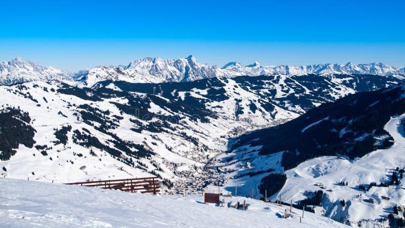 Panorama van de winterbergen Alpiene die pieken door sneeuw worden behandeld royalty-vrije stock afbeelding