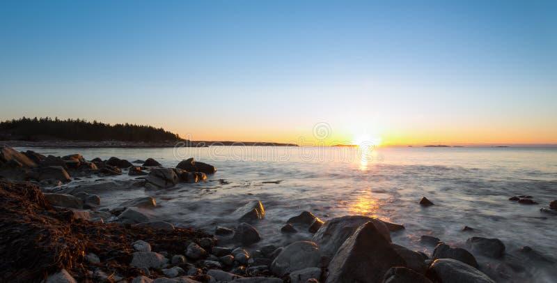 Panorama van de winterzonsopgang bij het oceaanstrand royalty-vrije stock afbeeldingen