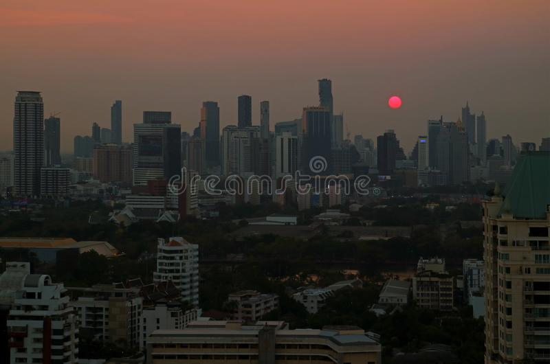 Panorama van de zon die over wolkenkrabbers in Bangkok van de binnenstad, Thailand plaatsen royalty-vrije stock foto