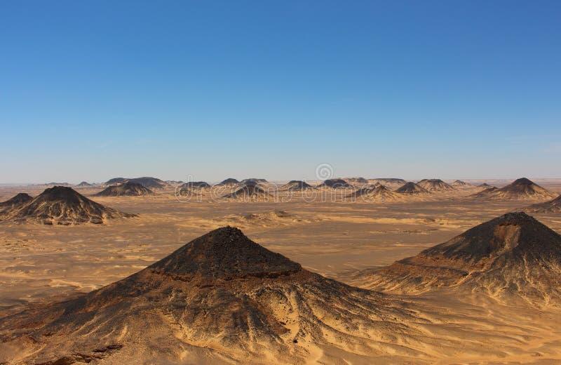 Panorama van de Zwarte Woestijnbergen dicht bij Bahariya-Oase, Egypte royalty-vrije stock afbeeldingen