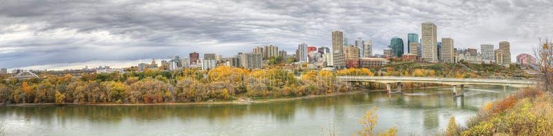 Panorama van Edmonton, Alberta, Canada met kleurrijke esp in fal royalty-vrije stock afbeelding