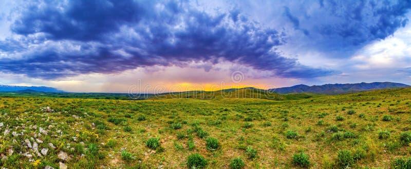 Panorama van een bergplateau bij zonsondergang royalty-vrije stock fotografie