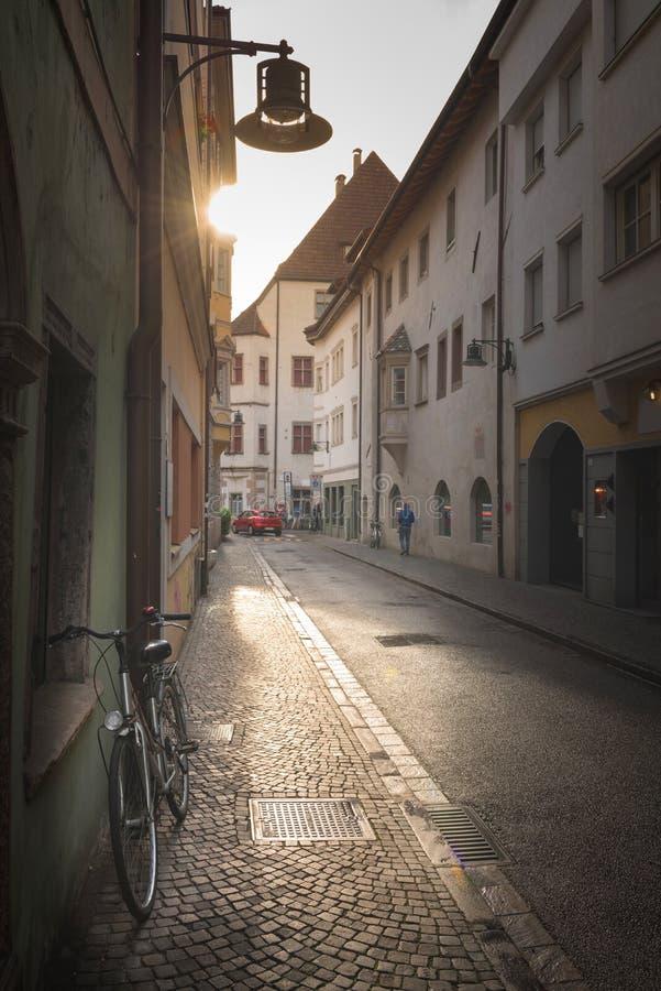 Panorama van een charmante straatscène in een oude stad in Europa in mooi avondlicht bij zonsondergang royalty-vrije stock foto's