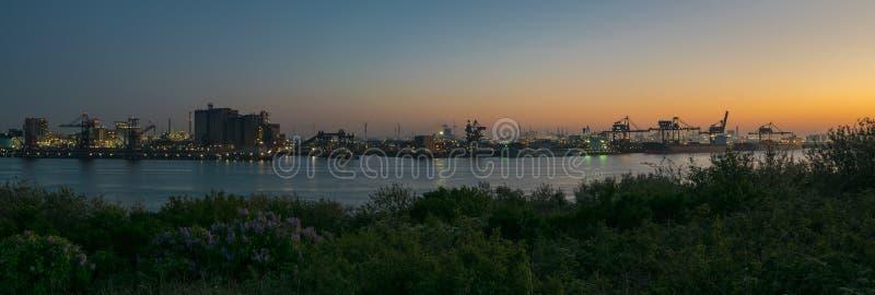 Panorama van een de schemeringhemel en industrie in Europoort, dicht bij Rotterdam, Nederland stock afbeeldingen