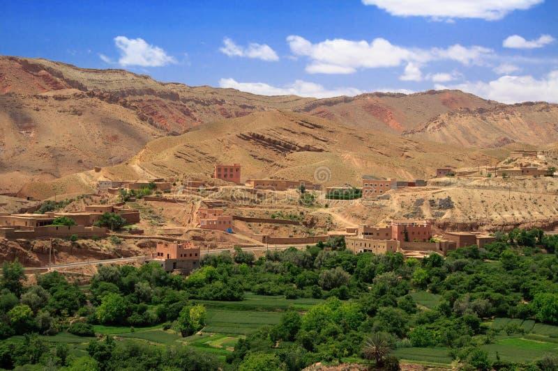 Panorama van een dorp onder Marokkaanse heuvels royalty-vrije stock foto