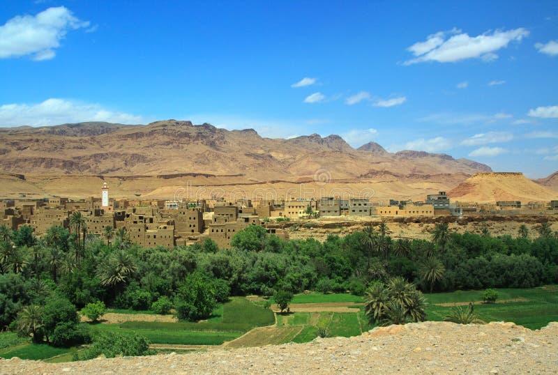 Panorama van een dorp onder Marokkaanse heuvels royalty-vrije stock foto's