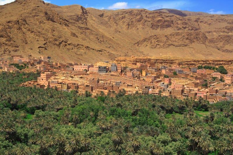 Panorama van een dorp onder Marokkaanse heuvels stock afbeelding