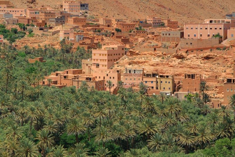 Panorama van een dorp onder Marokkaanse heuvels royalty-vrije stock fotografie