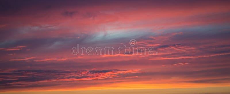 Panorama van een geweven purpere hemel bij zonsondergang royalty-vrije stock fotografie