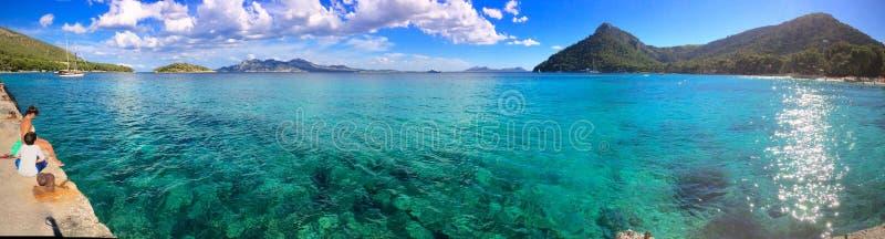 Panorama van een glasheldere blauwe oceaan in Playa DE Formentor, Mallorca, Spanje royalty-vrije stock foto's