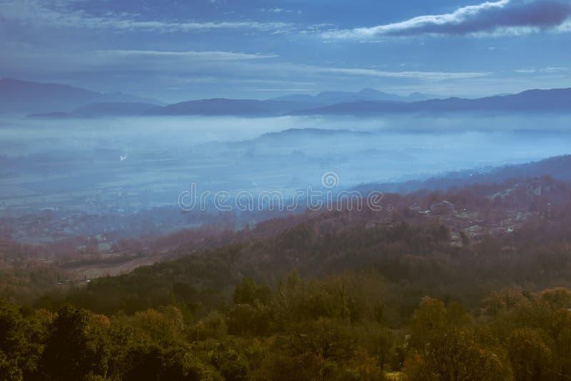 Panorama van een heuvel in de avond met lage wolken over de vallei royalty-vrije stock foto