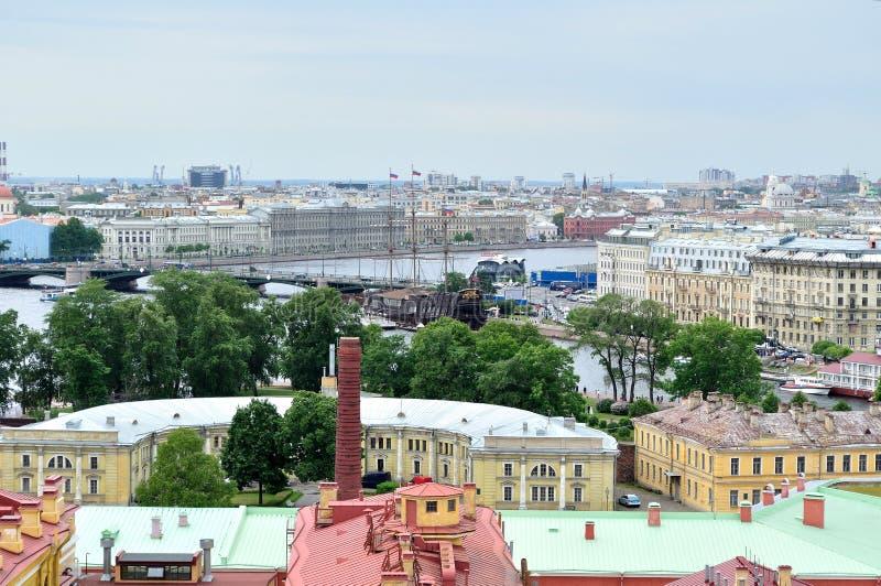 Panorama van een hoogte van Vasilyevsky Island en het watergebied van Neva-rivier in Heilige Petersburg, Rusland royalty-vrije stock foto's
