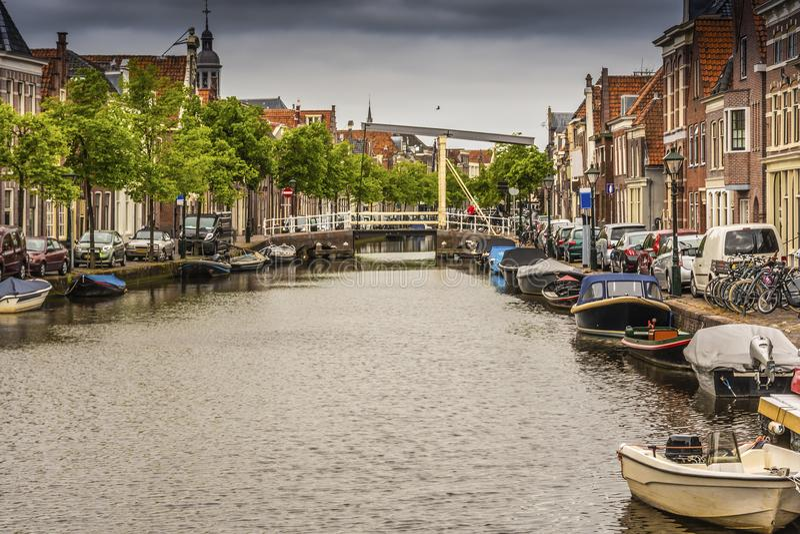 Panorama van een kanaal in het centrum van Alkmaar Nederland Holland stock foto's