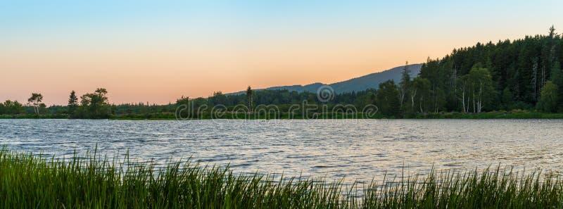 Panorama van een klein meer bij schemer royalty-vrije stock afbeelding