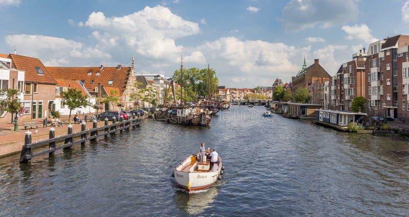 Panorama van een kleine witte boot in de historische kanalen van Leiden royalty-vrije stock fotografie