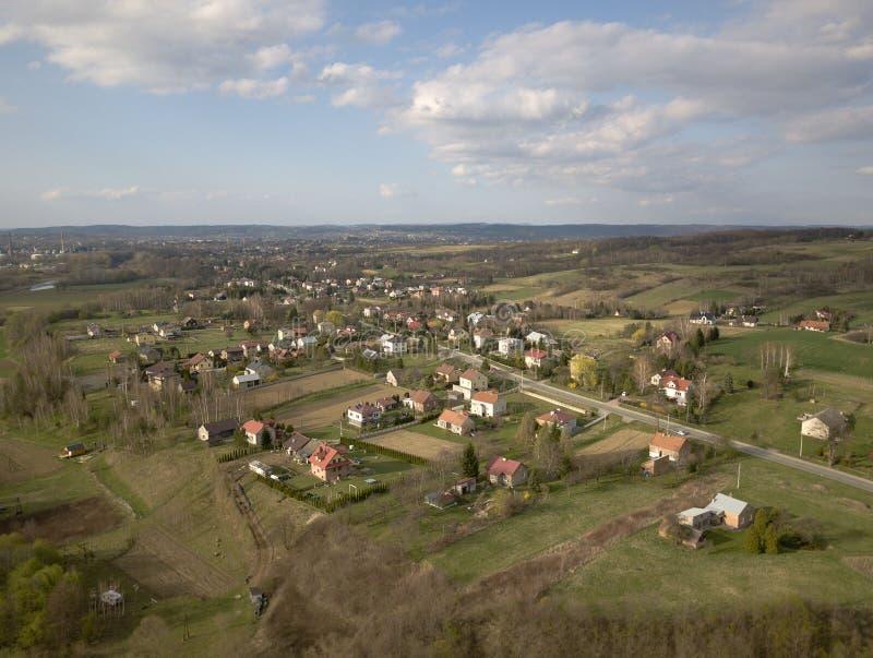Panorama van een mening van het vogel` s oog Midden-Europa: Het Poolse dorp wordt gevestigd onder de groene heuvels en de rivier  royalty-vrije stock foto