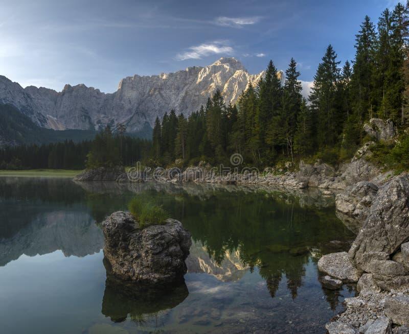 Panorama van een mooi bergmeer in de Italiaanse Juliaanse Alpen stock foto's