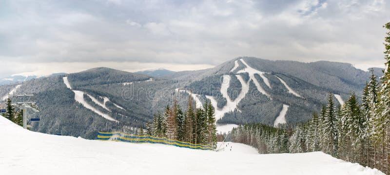 Panorama van een skitoevlucht in Karpatische Bergen royalty-vrije stock afbeeldingen