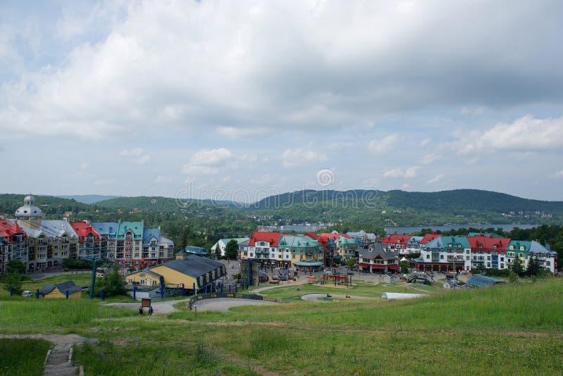 Panorama van een stad in de Laurentian-bergen van Quebec, Canada stock fotografie