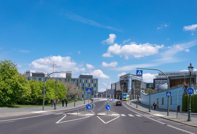 Panorama van een straat met moderne gebouwen in Centraal Berlijn royalty-vrije stock foto's