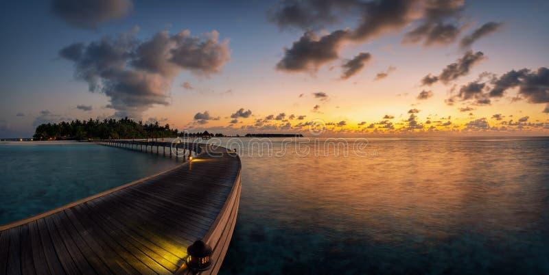 Panorama van een tropische zonsondergang over een klein paradijseiland stock fotografie