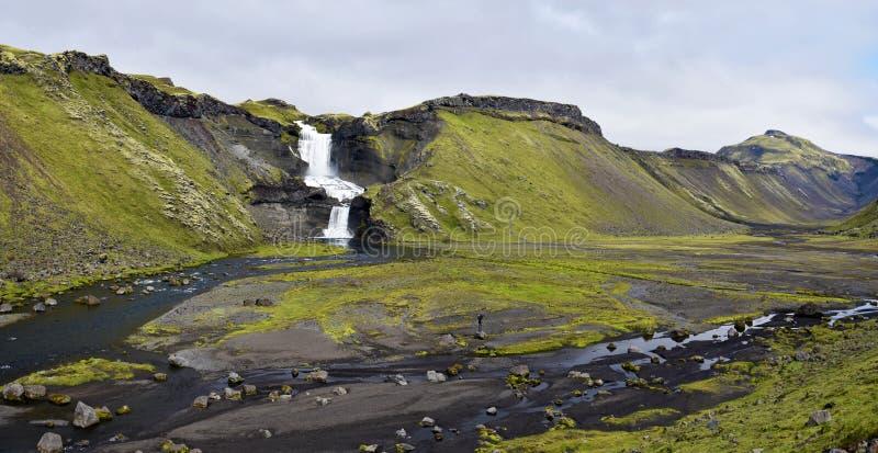 Panorama van Eldgja-Canionvloer met de stroom van rivier nordari-Ofaera en Ofaerufoss-waterval in zuidelijke hooglanden van stock fotografie