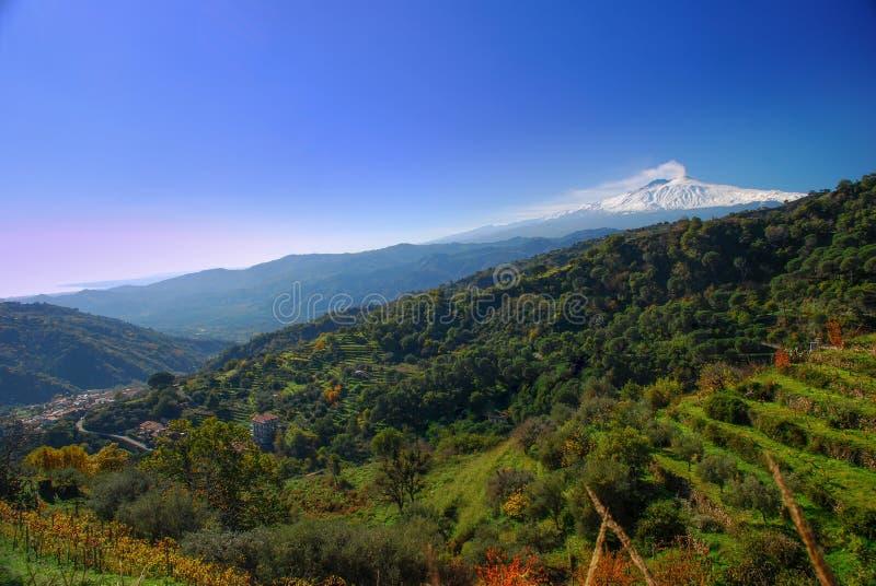 Panorama van Etna uit het platteland van de Peloritani-bergen wordt genomen die stock fotografie